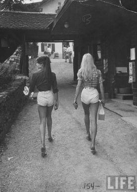 Jane Birkin e Brigitte Bardot in pantaloncini corti, anni '70