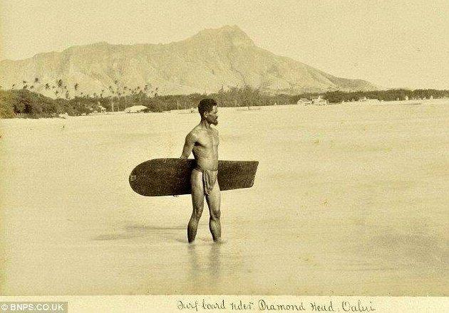 La prima foto conosciuta di un surfista. Hawaii, 1890