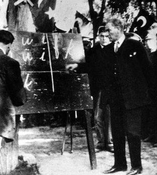 Mustafa Kemal Atatürk spiega il nuovo alfabeto turco alla gente di Kayseri, 1928