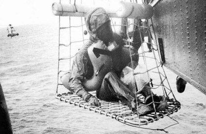 Neil Armstrong viene recuperato dopo il lancio di Apollo 11, nel 1969