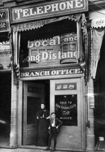 Prima stazione di telefono a pagamento a Los Angeles. Una chiamata a San Francisco costava circa $ 14 al minuto in dollari di oggi. 1899