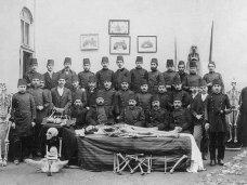 Studenti di medicina posano con gli scheletri a Istanbul, 1904