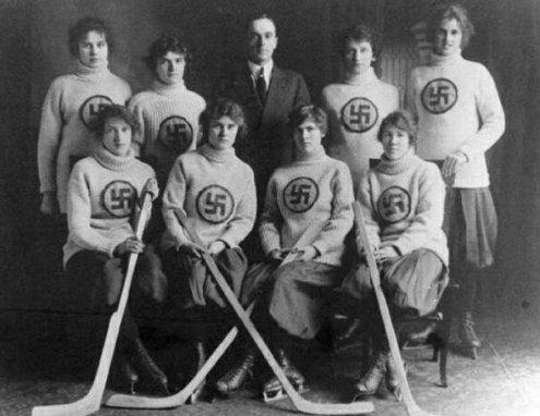 The Edmonton Swastikas, una squadra di hockey canadese. c. 1916