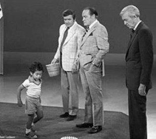 Tiger Woods a 3 anni che mostra le sue abilità nel golf allo show di Mike Douglas con Bob Hope e Jimmy Stewart, nel 1979