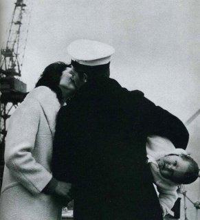 Un marinaio incontra il suo bambino per la prima volta dopo quattordici mesi in mare, negli anni '40