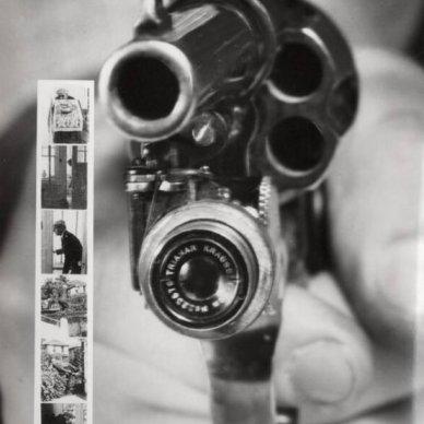 Una Colt 38 con una piccola fotocamera che scatta automaticamente una foto quando viene premuto il grilletto. C. 1938