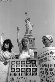 100 donne di vari gruppi di liberazione delle donne hanno manifestato su Liberty Island, il 10 agosto 1970