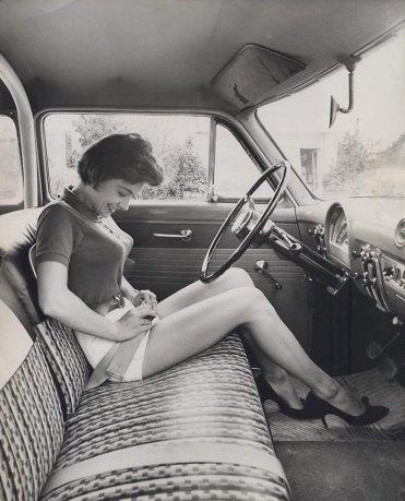 Ragazza con la prima cintura di sicurezza per auto, ca. 1950