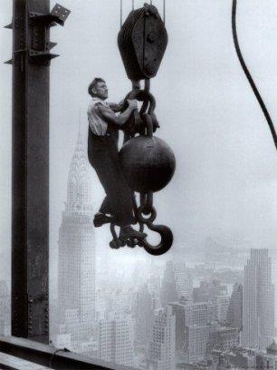 Un costruttore dell'Empire State appeso a una gru sopra New York City, 1925