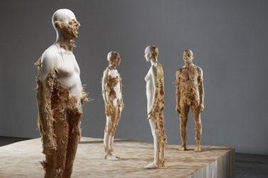 Aron Demetz, Advance Minorities, 2012. Scultura in legno di tiglio. 215 cm, 70 km