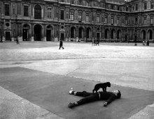 Bambino e cucciolo. Square Patio, The Louvre, Parigi, 1969. Fotografia di Robert Doisneau