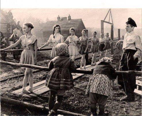 Classe di balletto in una città russa distrutta nella seconda guerra mondiale