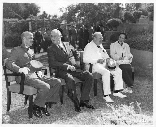 Franklin D. Roosevelt con Winston Churchill, Chiang kai Shek e Madame Chiang alla Conferenza del Cairo, in Egitto. 25 novembre 1943