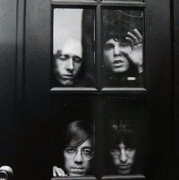 I Doors dietro una porta, 1969. Foto di Joel Brodsky