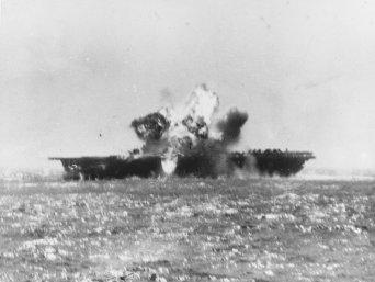 Il 25 novembre 1944 un aereo kamikaze giapponese esplode dopo essersi schiantato nel ponte di volo dell'Emsex