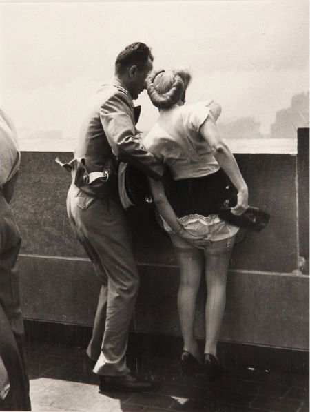 In cima all'Empire State Building, a New York, circa 1942. (Foto di Weegee)