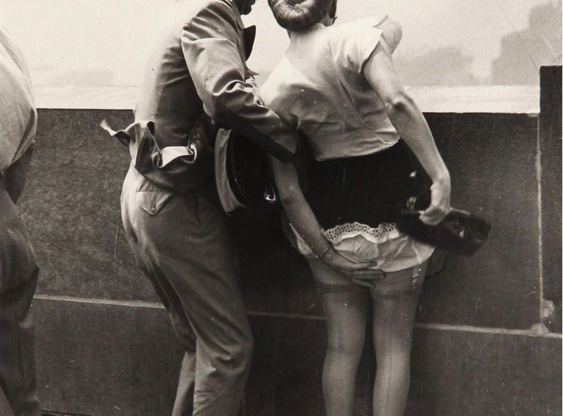 In cima all'Empire State Building, a New York, circa 1942. (Foto di Weegee)