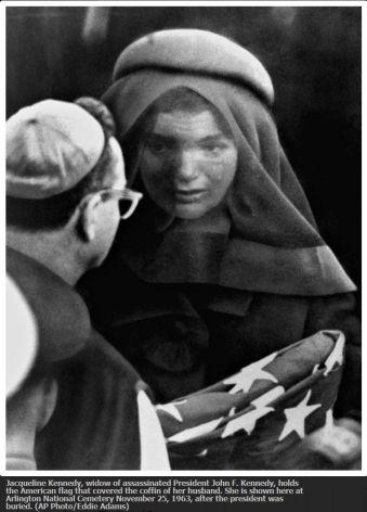 Jacqueline Kennedy riceve il conforto di un prete, novembre 1963