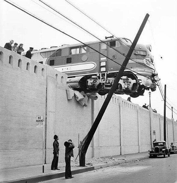 Los Angeles, Ca, 25 gennaio 1948, una locomotiva Diesel pende su Aliso Street dopo essere uscita dalla fine delle rotaie