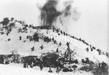 Nel 1950, 230.000 soldati cinesi entrano nelle forze statunitensi e alleate lungo il fiume Ch'ongch'on nella Corea del Nord