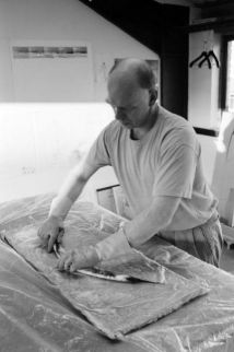 Richard Deacon, preparing for 'Them And Us (with Thomas Schütte) at Lisson Gallery, 1995 - © Edward Woodman. All rights reserved, DACS/Artimage 2018. Photo: Edward Woodman