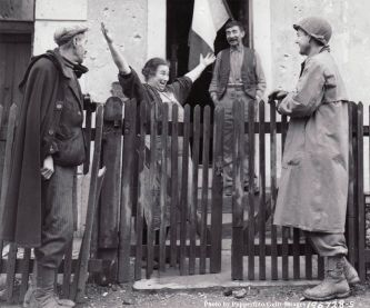 Una donna francese accoglie un soldato americano, il 25 novembre 1944, due giorni dopo che le truppe francesi e statunitensi hanno liberato Strasburgo, la capitale dell'Alsazia