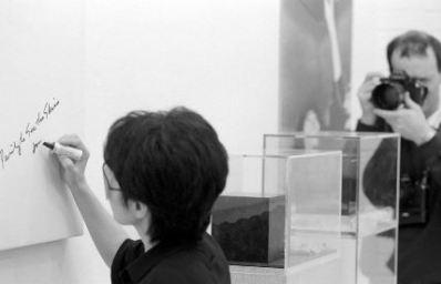 Yoko Ono, installing 'In Facing' exhibition at Riverside Studios, 1990 - © Edward Woodman. All rights reserved, DACS-Artimage 2018. Photo Edward Woodman