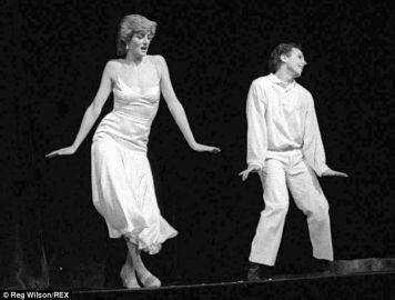 """And my winner is """"23 dicembre, 1985, la Principessa Diana balla con Wayne Sleep la canzone di Billie Joel """"Uptown Girl"""" per beneficenza"""". Fotografia di Reg Wilson"""