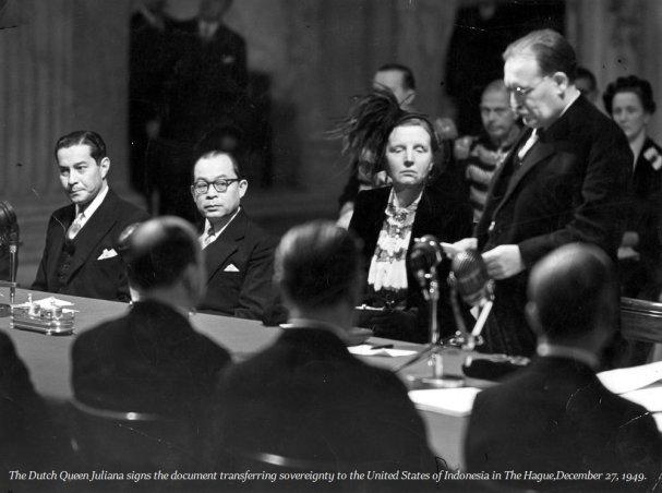 27 dicembre 1949. La regina olandese Giuliana dei Paesi Bassi, nel Palazzo reale di Amsterdam, firma i documenti con cui i Paesi Bassi cessano il controllo vecchio di secoli sulle Indie Orientali