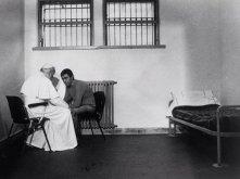 27 dicembre 1983 - Il papa incontra e perdona il suo assassino, Mehmet Ali Agca, in carcere a Roma