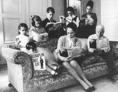 Charlie Chaplin e famiglia leggono le copie della sua autobiografia