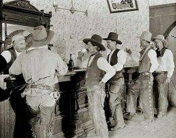 Cowboy al bar di Old Tascosa, nel Texas, circa 1907