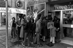 """Dicembre 1977 - La coda fuori dal Leicester Square Theatre per l'apertura londinese del film """"Star Wars"""""""