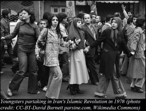 Dimostranti anti-Shah, marciando vicino a una strada dello shopping a Teheran, il 27 dicembre 1978