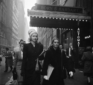 Due giovani donne sulla strada per il teatro, New York City, 1946. Foto di Stanley Kubrick