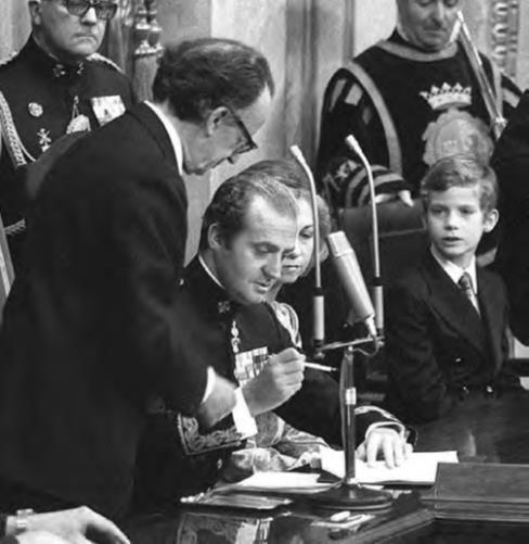 In seguito all'approvazione di un referendum, il re Juan Carlos ratificò la costituzione democratica della Spagna il 27 dicembre 1978