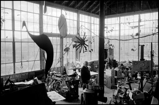 USA. Roxbury, Connecticut. 1963. Sculptor Alexander CALDER in his studio.