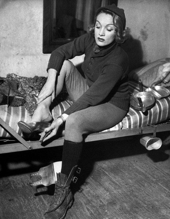 L'Attrice-cantante Marlene Dietrich (nata il 27 dicembre 1901) che si prepara per uno spettacolo durante The Battle of the Bulge, dicembre 1944