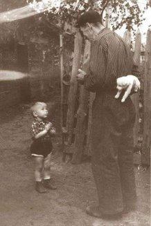 Bambino che sta per ricevere un cane per il suo compleanno (1955)