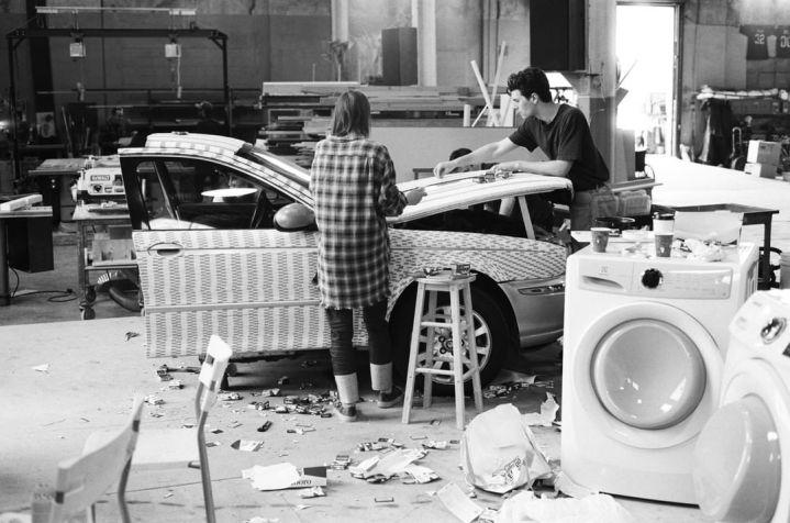 """Gli scarti delle confezioni di Marlboro Reds sul pavimento dello studio di Matthew Barney a Long Island City, dove Sarah Lucas ha preparato il suo lavoro """"This Jaguar's Going to Heaven"""" per """"Au Naturel"""" in vista fino al 20 gennaio 2019. Le sigarette sono apparse frequentemente nel lavoro di Lucas dagli anni '90, servendo sia come promemoria della mortalità sia come riflessione sul comportamento autodistruttivo. Via New Museum, New York Foto di Ari Marcopoulos Clicca per maggiori informazioni sulla mostra: https://www.newmuseum.org/exhibitions/view/sarah-lucas"""