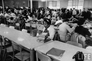 Una studentessa afroamericana che pranza da sola dopo essere stata appena integrata in una scuola superiore. 1959