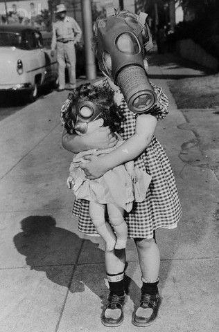 Bambina con maschera antigas