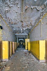 Corridoio di una scuola abbandonato