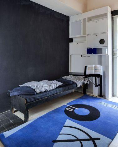 E-1027 - Il tappeto Blue Marine Rug, ora prodotto da Classicon. Il comodino con braccio estensibile è fatto su misura per la casa