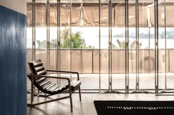 E-1027. Le grandi porte a vetri con vista mare. La poltroncina Transat e il tappeto Black Board sono prodotti da Aram