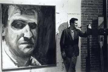 Paul Georges con autoritratto dipinto nel suo loft a Broadway, il 15 gennaio 1961. In the Artist's World: The Photographs di Fred W. McDarrah al Parrish Art Museum , Water Mill, NY, 2018 fino al 3 ottobre 2019