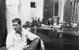 Mike Goldberg nel suo studio East 10th Street, 1960 circa