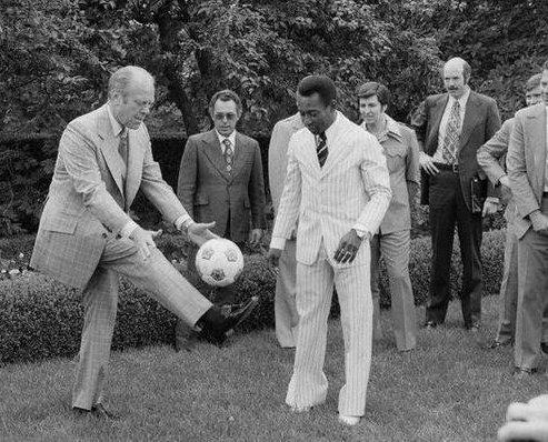Il presidente Ford mostra le sue capacità a Pelé, 1975