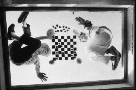 Robert Discharges, Duchamp e Dalí che giocano a scacchi sul set del film A Soft