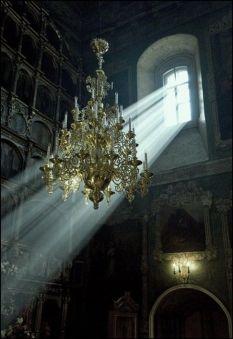 Uno splendido lampadario è ancora appeso in una villa abbandonata